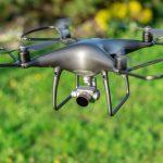 Drohne mit vier Propellern während des Flugs