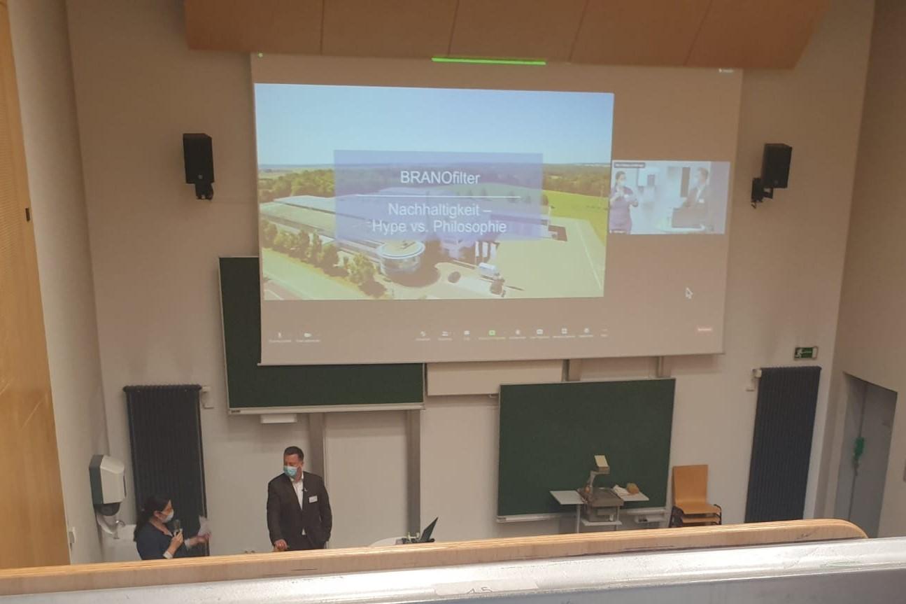 """Unser Foto zeigt Fr. Grunert während der Best-Practice-Tagung in Ansbach, welche im Rahmen des Projekts """"Line-to-Circle"""" stattgefunden hat."""