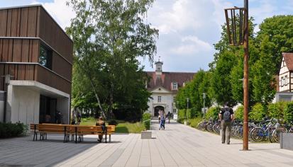 Campus-Triesdorf, eine Mischung aus älteren und jüngeren Gebäuden mit viel Grün dazwischen