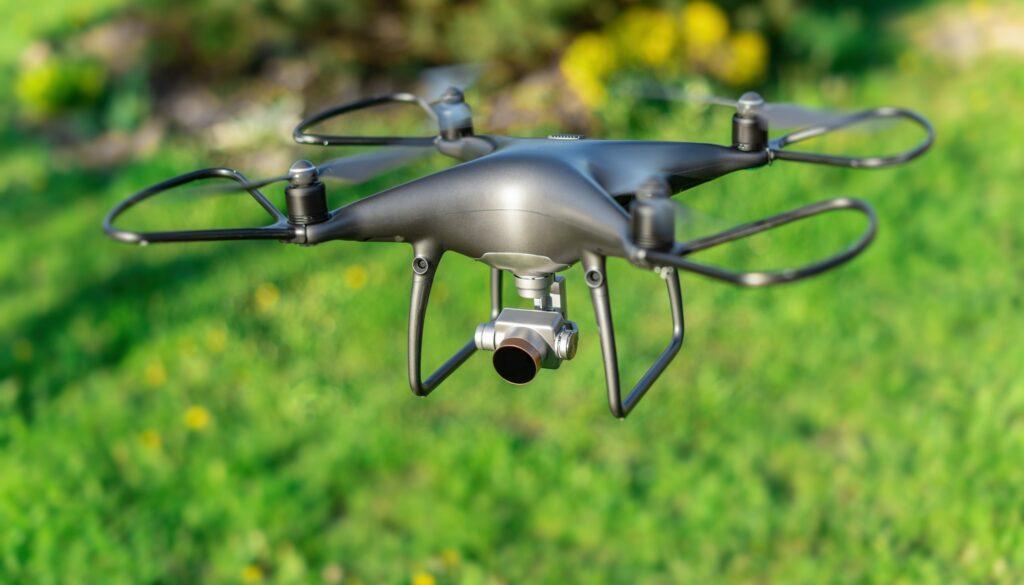 Unser Foto zeigt einen Drohneflug über ein landwirtschaftliches Feld. (Foto: Denis Rozhnovsky/Colourbox)