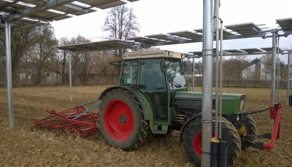 Unser Foto zeigt die Bodenbearbeitung mit einem Schlepper unter einer Agrarphotovoltaikanlage am Campus Weihenstephan der Hochschule Weihenstephan-Triesdorf (Bild: HSWT/Michael Beck)
