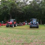 Vier Landmaschinen sind im Vordergrund zu sehen, weitere vier im Hintergrund