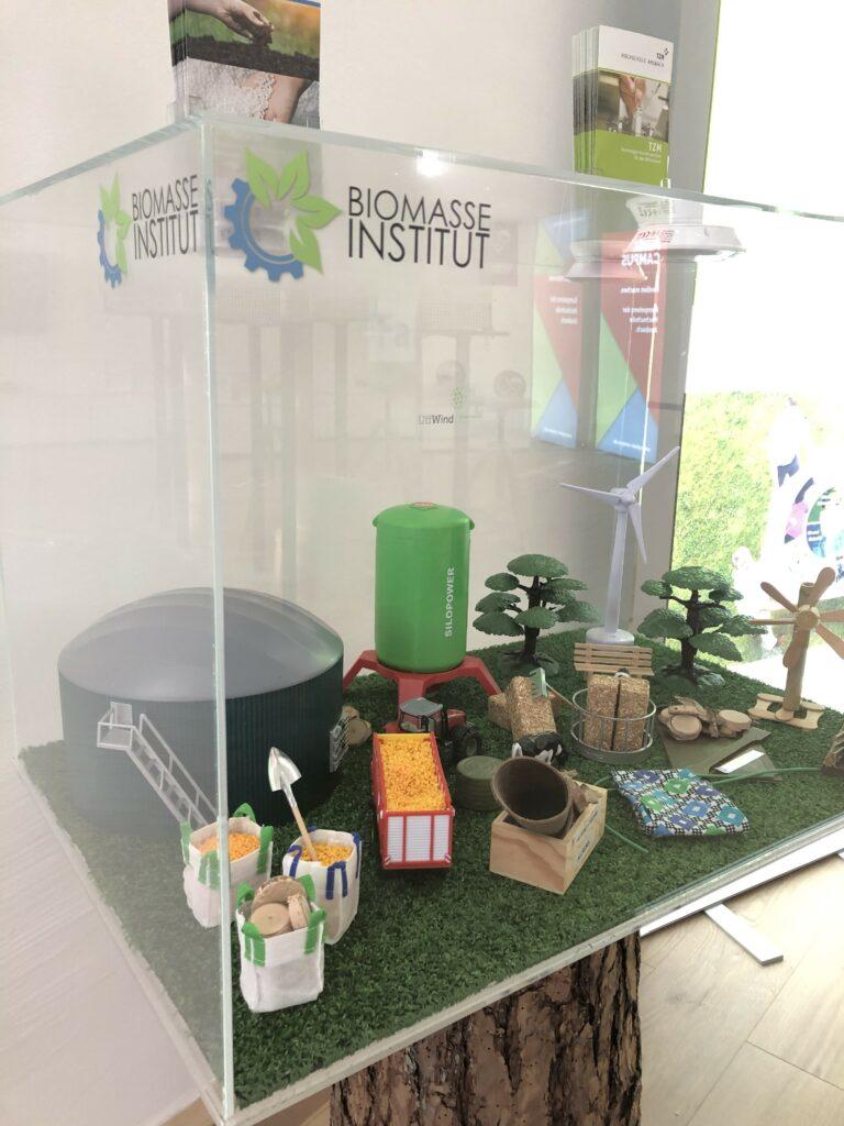 Unser Foto zeigt das Ausstellungsstück des Biomasse-Institus im Pixelcampus der Hochschule Ansbach.