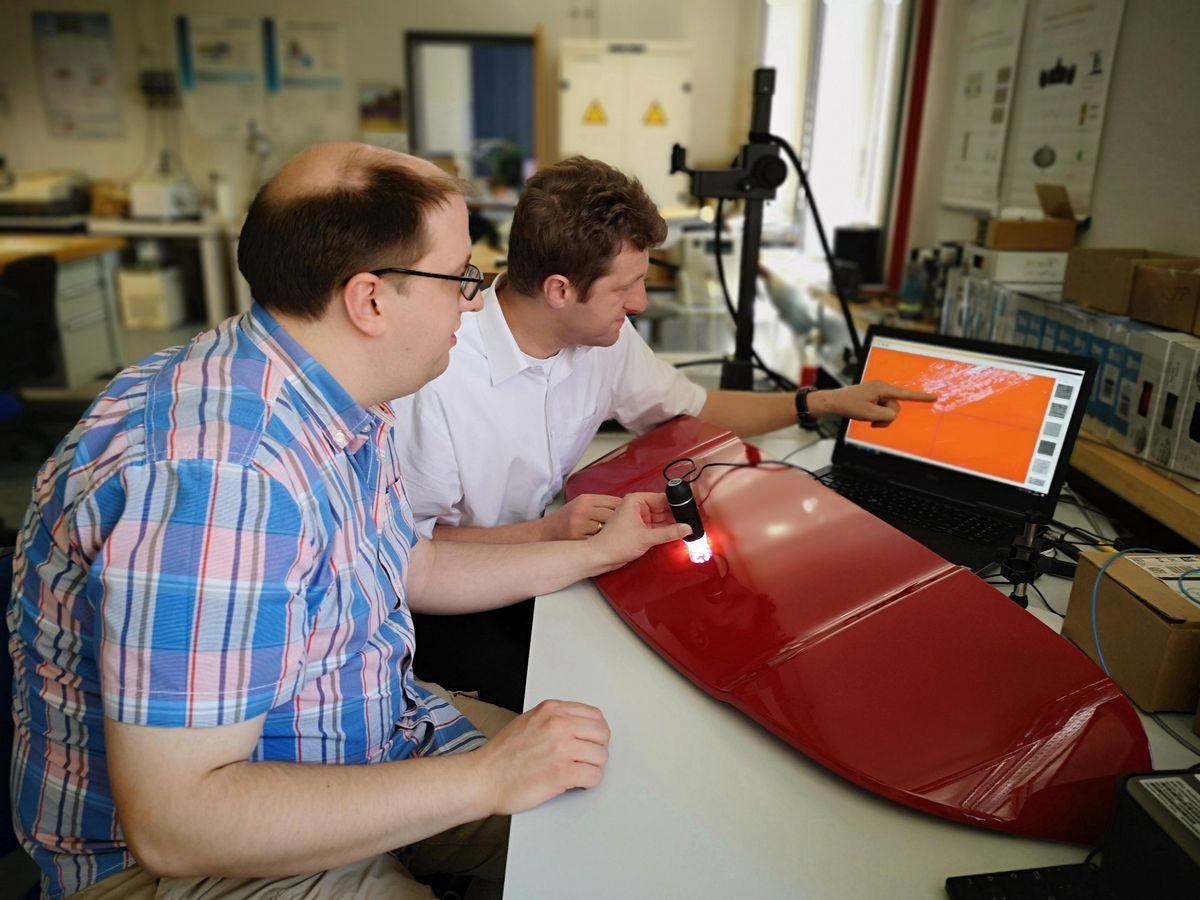 Unser Foto zeigt zwei Mitarbeiter bei der Auswertung der ersten Ergebnisse am PC.