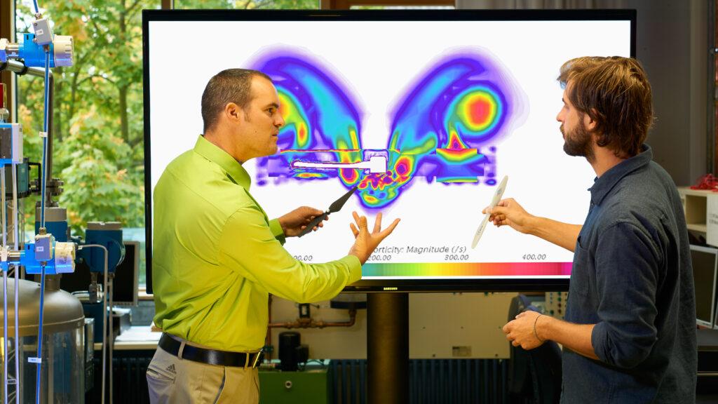 Unser Foto zeigt zwei Mitarbeiter des Biomasse-Instituts in Ansbach bei der Simulation eines Rührwerks.