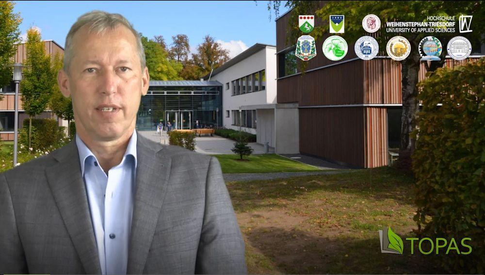 Prof. Dr. Ralf Schlauderer im Vordergrund, im Hintergrund Gebäude der HSWT